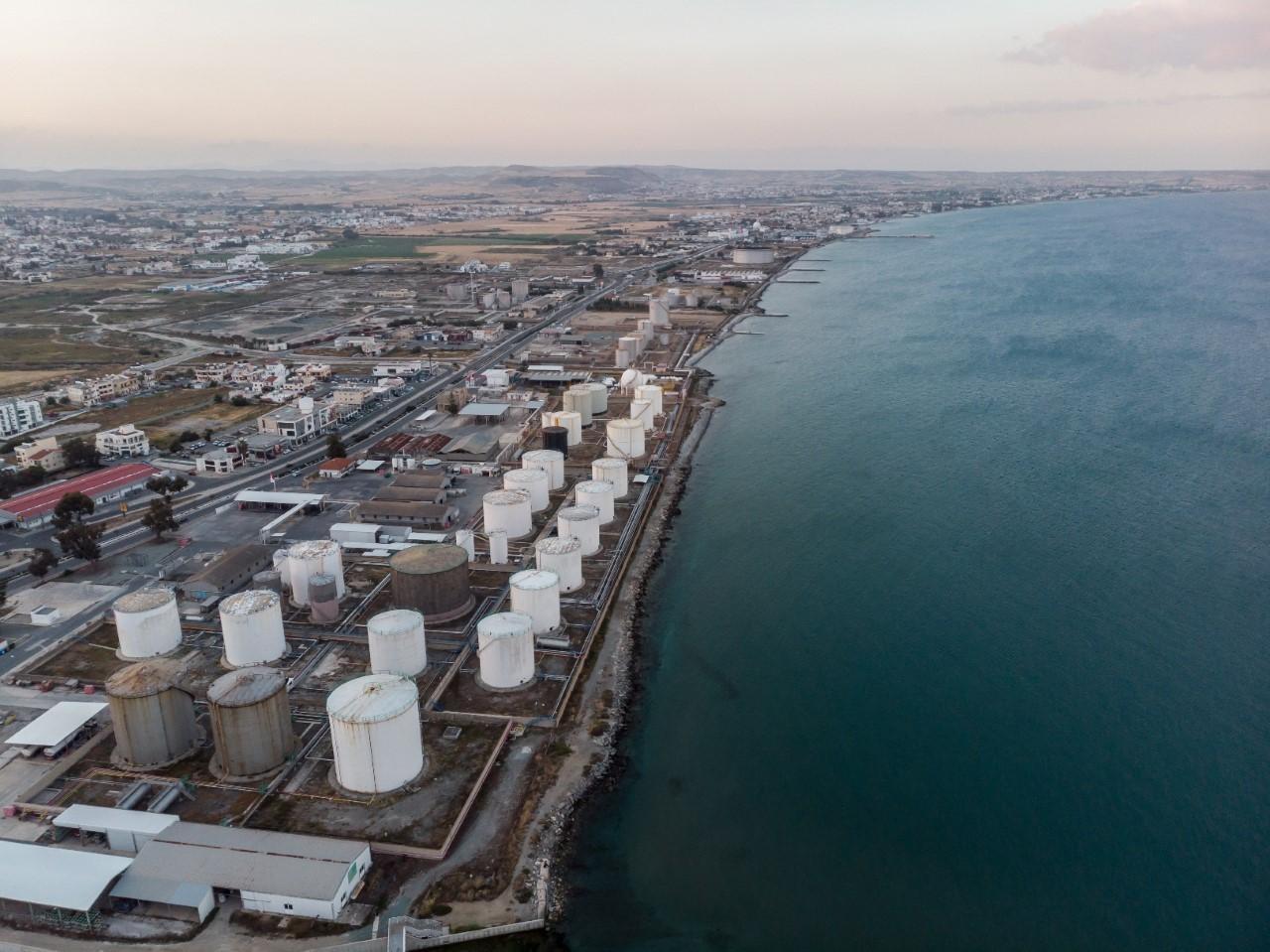 Снос нефтяных хранилищ в Ларнаке близится к завершению